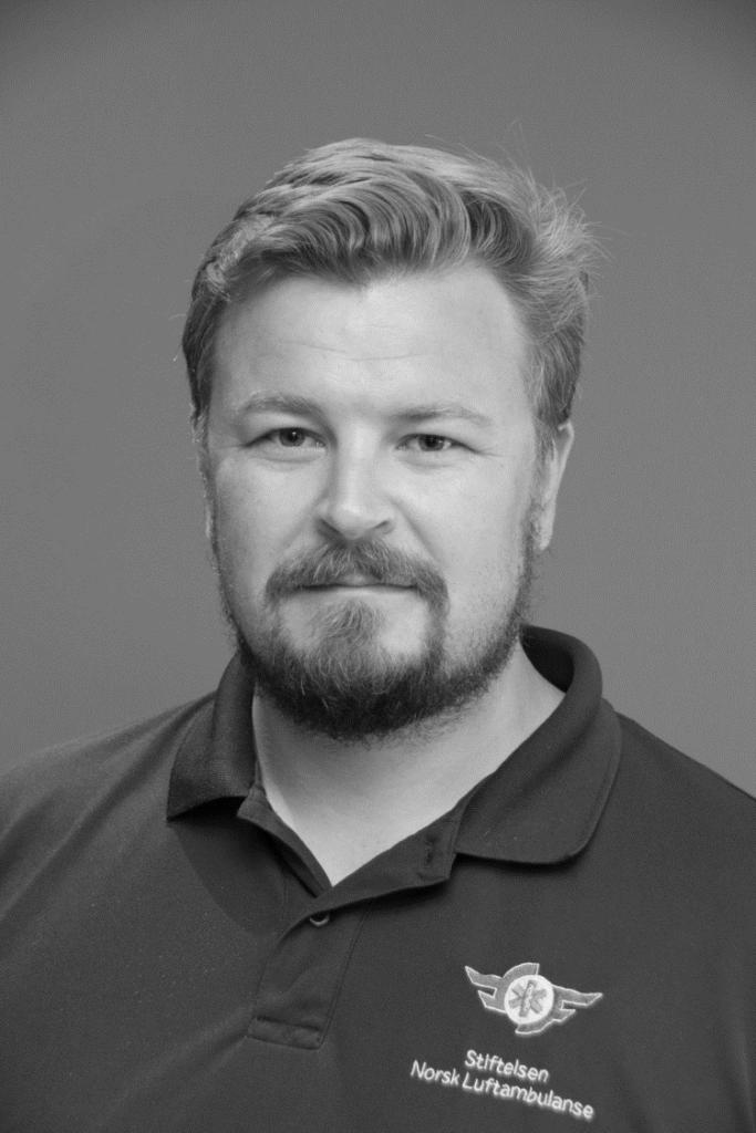 Portrettbilde av Karl Magnus Rohde-Næss, nestleder i Fundraising Norge. Han har kort, lyst hår og har på seg en skjorte fra Stiftelsen Norsk Luftambulanse. Bildet er i stort/hvitt.
