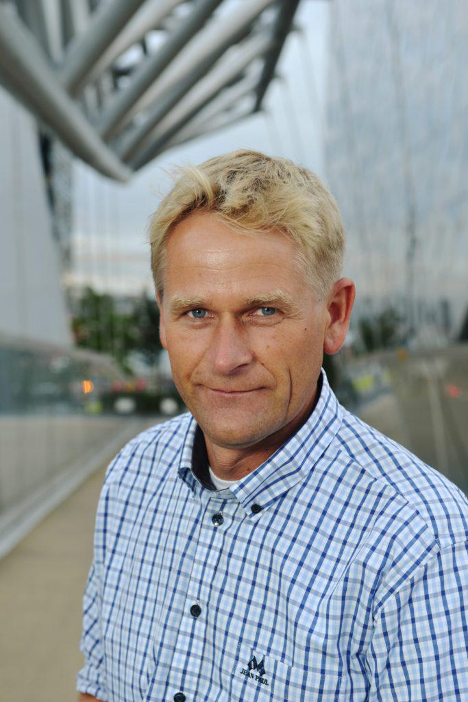 Portrettbilde av Svein Åge Johanson, daglig leder i Profundo. Han har på seg blårutete skjorte og er utendørs.