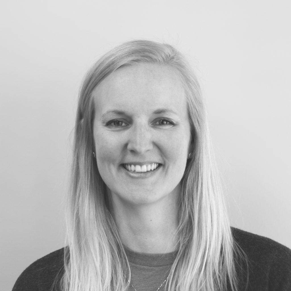 Portrettbilde av Vibeke Saarem, partner- og fundraisingansvarlig i Ingeniører Uten Grenser. Bildet er i sort/hvitt. Vibeke har på seg mørk genser.