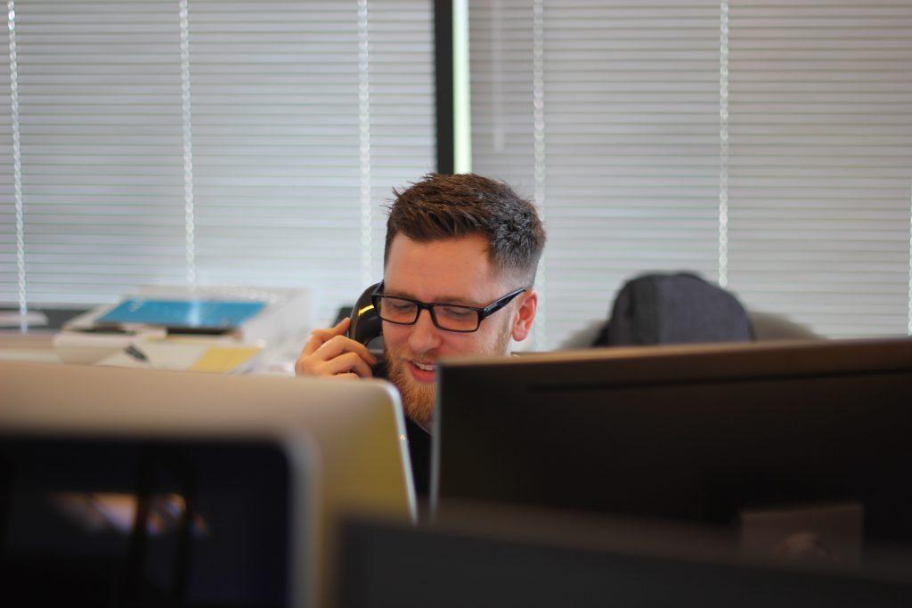 Illustrasjonsbilde av en mann som jobber på et callsenter.