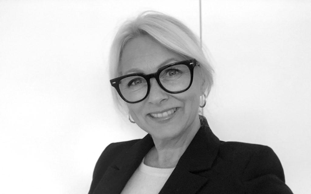 Portrettbilde av Siri Nodland, generalsekretær i Fundraising Norge. Hun har på seg hvit skjorte og sort blazer.