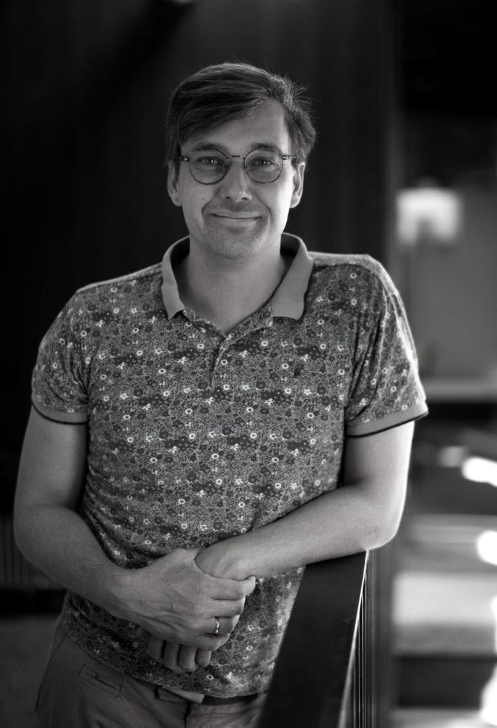 Portrettbilde av Øystein Sivertsen Sørvig, varamedlem i Fundraising Norge. Han har kort hår og bruker briller. Øystein står foran et vindu. Bildet er i stort/hvitt.