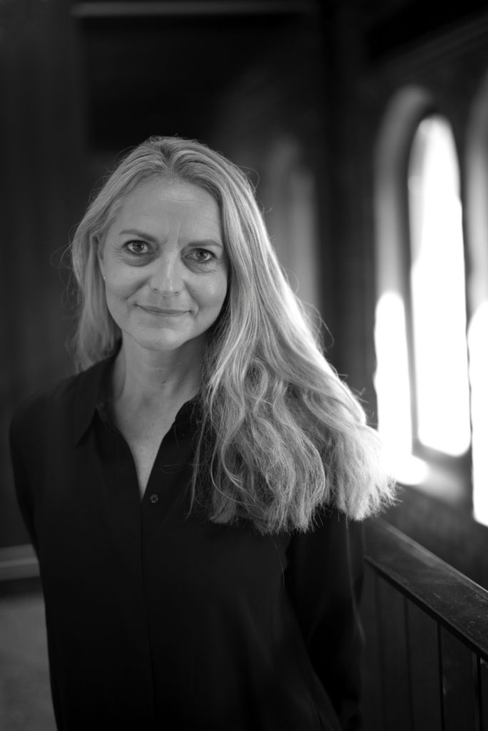 Portrettbilde av Anne Kjersti Kværner, varamedlem i Fundraising Norge. Hun har langt, bølgete hår. Hun har på seg en mørk bluse. Bildet er i stort/hvitt.