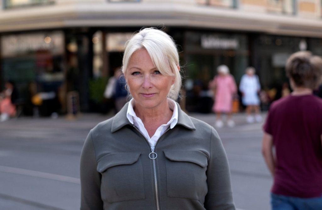 Generalsekretær i Fundraising Norge, Siri Nodland. Hun står ute i bymiljøet i Oslo sentrum.